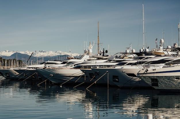 Luksusowa marina w antibes na lazurowym wybrzeżu we francji.