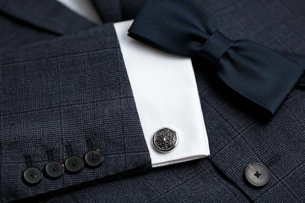 Luksusowa muszka z bliska z klasycznym garniturem i spinkami do mankietów