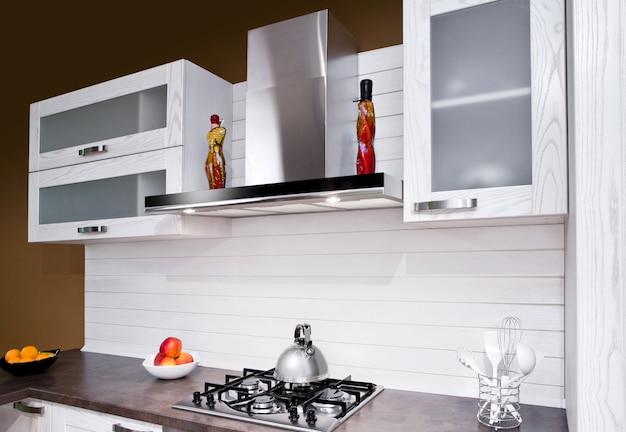 Luksusowa nowa biała kuchnia z nowoczesnymi urządzeniami