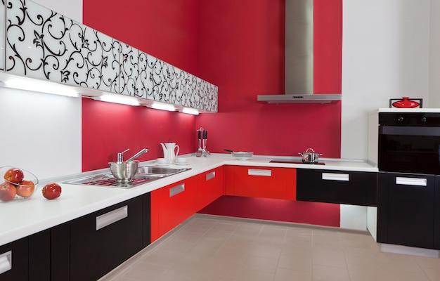 Luksusowa nowa czerwona kuchnia z nowoczesnymi urządzeniami