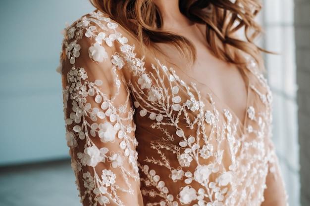 Luksusowa panna młoda w sukni ślubnej o poranku we wnętrzu