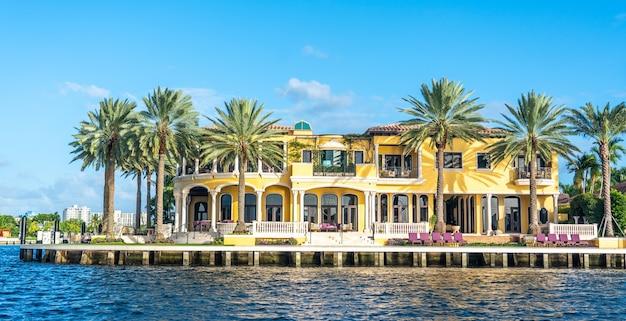 Luksusowa rezydencja na nabrzeżu w fort lauderdale na florydzie