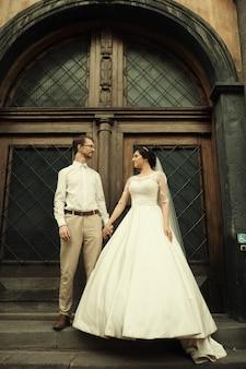 Luksusowa romantyczna szczęśliwa panna młoda i pan młody świętują małżeństwo na przestrzeni starego słonecznego miasta