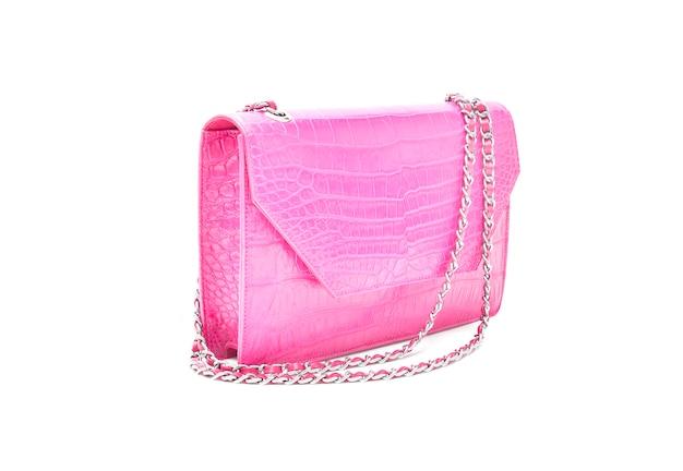 Luksusowa różowa torebka wykonana ze skóry krokodyla na białym tle