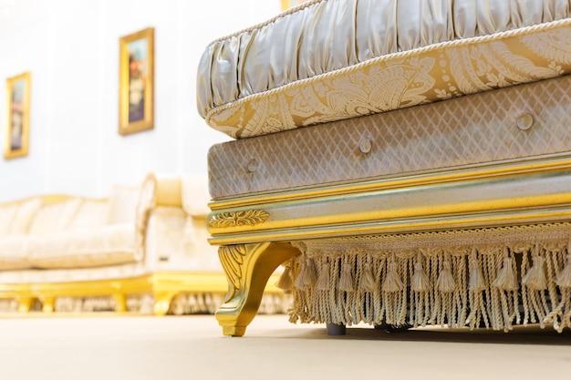 Luksusowa sofa w beżowym modnym wnętrzu