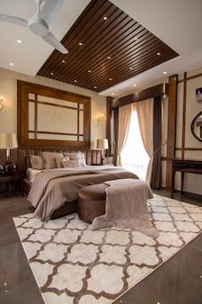 Luksusowa sypialnia z łóżkiem