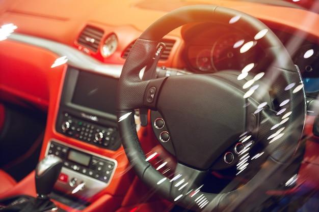 Luksusowa tablica rozdzielcza pojazdu z kierownicą ze skóry