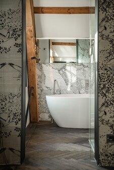 Luksusowa wanna o niezwykłym designie w eleganckim domu