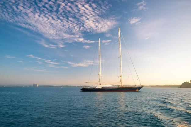Luksusowa żaglówka w pięknym oceanie