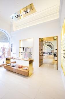 Luksusowe akcesoria i wnętrze sklepu z ubraniami