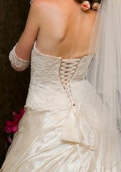 Luksusowe białe gorsetowe sukienki dla druhen. panna młoda z powrotem