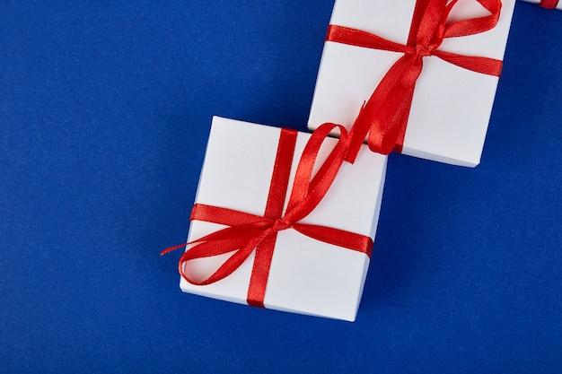Luksusowe białe pudełka z czerwoną wstążką