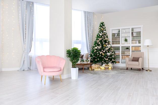 Luksusowe, bogate, drogie wnętrze mieszkania w jasnych kolorach. stylowy współczesny minimalistyczny design. pełne światła słonecznego. dużo miejsca ozdobione choinką
