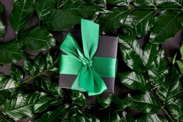 Luksusowe czarne pudełko z zieloną wstążką
