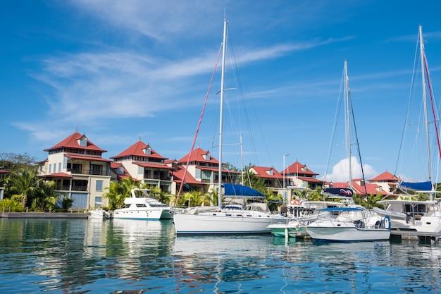 Luksusowe jachty i łodzie w słoneczny letni dzień w marinie eden island, mahe, seszele
