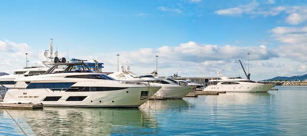 Luksusowe jachty pływające po morzu
