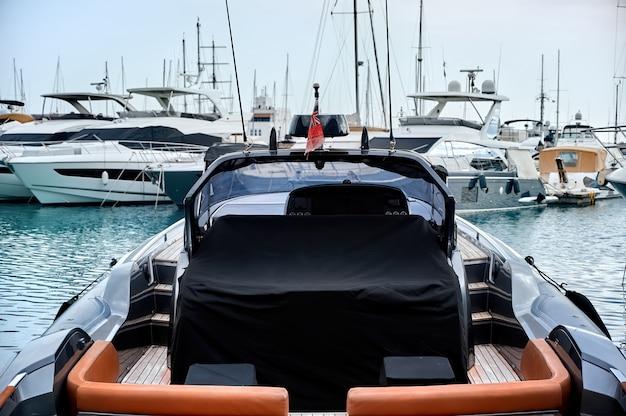 Luksusowe jachty w porcie wieczorem