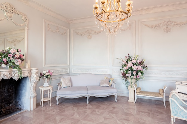 Luksusowe, jasne wnętrze salonu w stylu barokowym jak na zamku królewskim ze starymi stylowymi meblami w stylu vintage