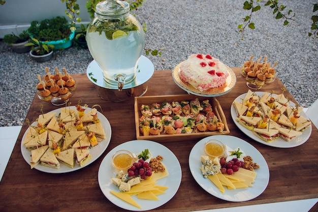 Luksusowe jedzenie i napoje na weselnym stole. płytka głębia ostrości.