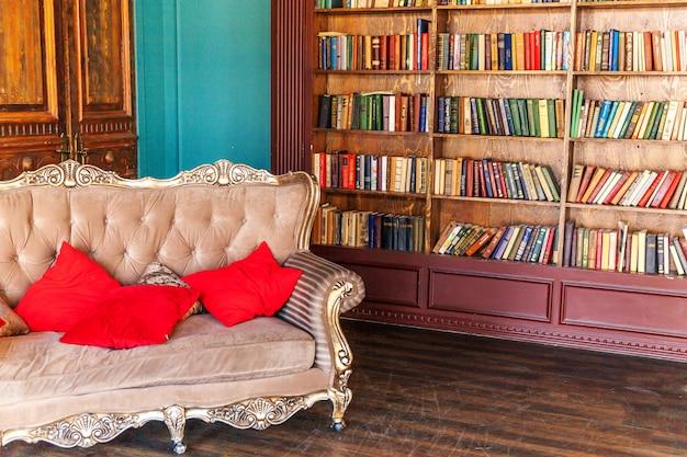 Luksusowe klasyczne wnętrze domowej biblioteki.