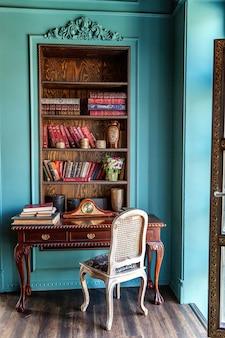 Luksusowe klasyczne wnętrze domowej biblioteki