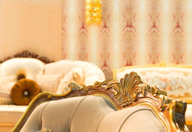 Luksusowe krzesło w modnym wnętrzu