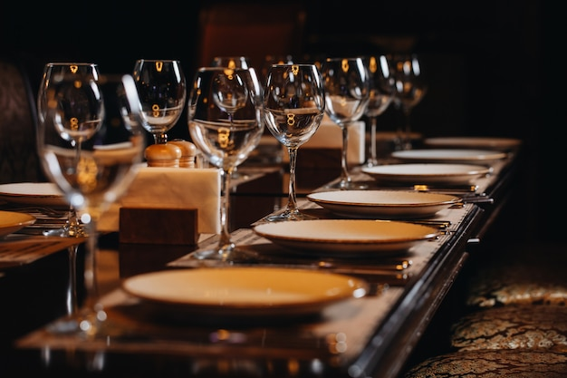 Luksusowe naczynia stołowe piękne nakrycie stołu w restauracji