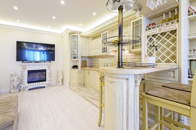 Luksusowe nowoczesne beżowe wnętrze kuchni