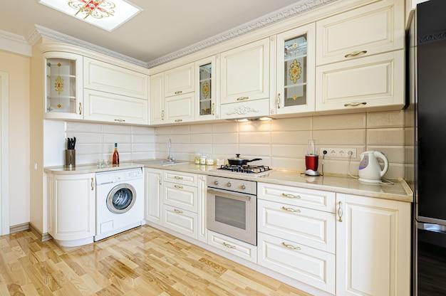 Luksusowe nowoczesne beżowo-białe wnętrze kuchni