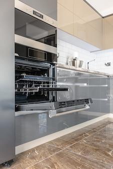 Luksusowe nowoczesne białe, beżowe i szare wnętrze kuchni