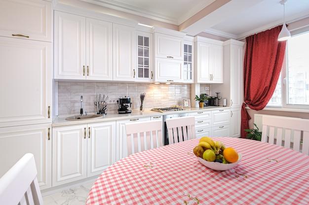Luksusowe nowoczesne białe wnętrze kuchni