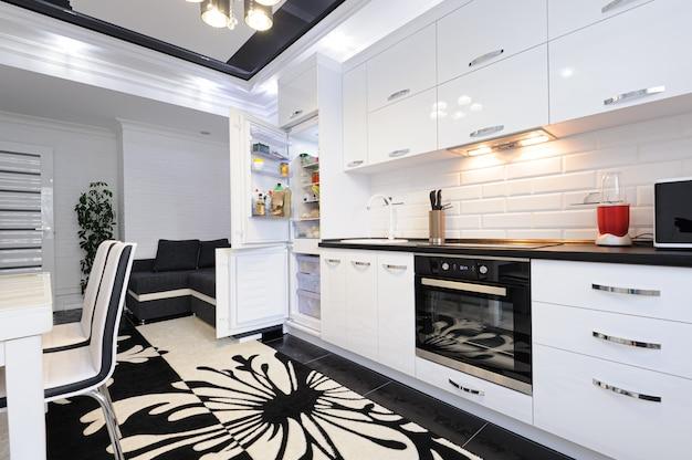 Luksusowe nowoczesne czarno-białe wnętrze kuchni