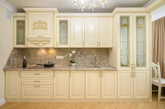 Luksusowe nowoczesne neoklasycystyczne beżowe wnętrze kuchni