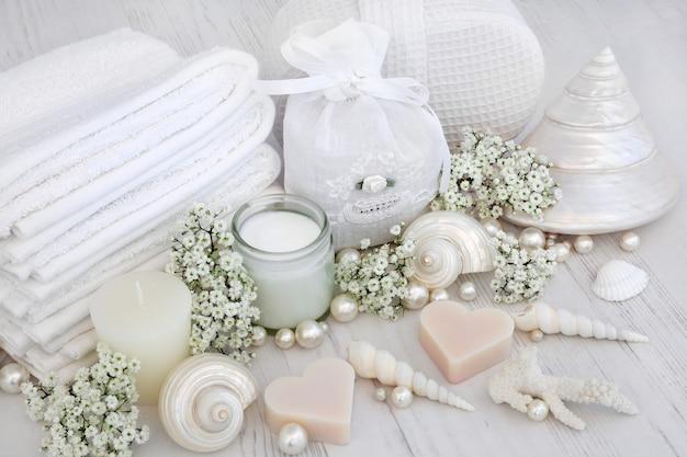 Luksusowe produkty spa z białymi ręcznikami do twarzy