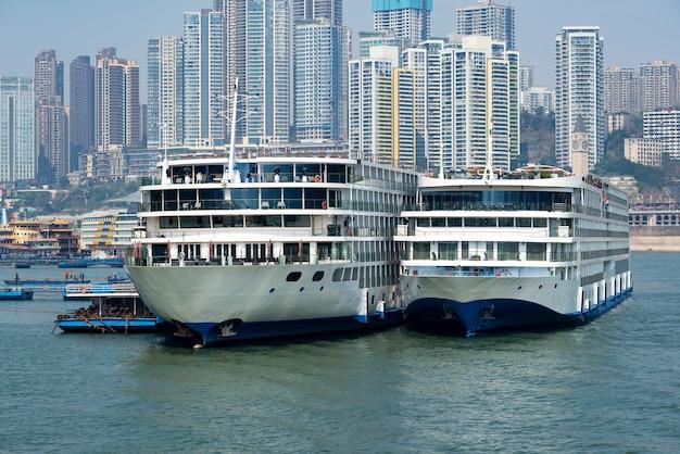 Luksusowe statki wycieczkowe pływające po rzece jangcy, panoramie miasta w chongqing w chinach