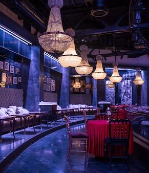 Luksusowe wnętrza restauracji w ciemnej błyskawicy.
