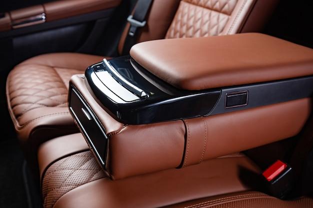 Luksusowe wnętrze auta w kolorach brązowym i czarnym