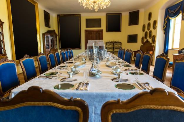 Luksusowe wnętrze jadalni, muzeum europy, nikt. stara europejska architektura i styl, znane miejsca podróży i turystyki