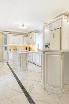 Luksusowe wnętrze kuchni w stylu neoklasycystycznym z wyspą