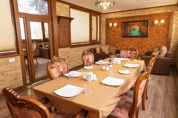 Luksusowe wnętrze sali bankietowej restauracji
