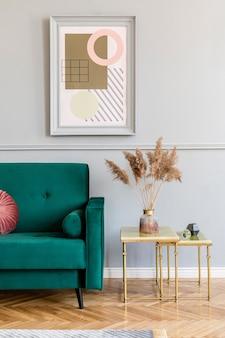 Luksusowe wnętrze salonu z eleganckim zielonym fotelem, szarym stojakiem i eleganckimi dodatkami. ramki na obrazy makiety na szarej ścianie w stylowym wystroju domu. szablon.