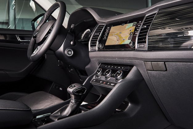 Luksusowe wnętrze samochodu - kierownica, dźwignia zmiany biegów i deska rozdzielcza