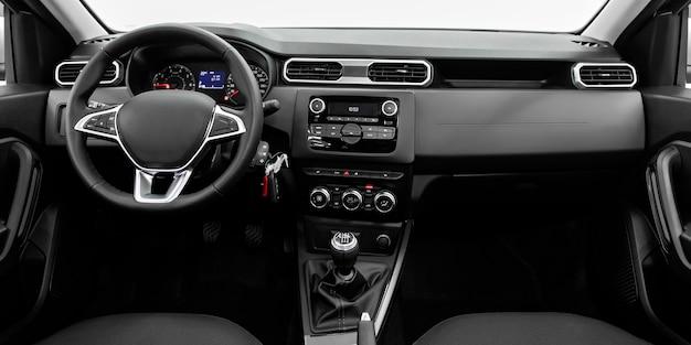 Luksusowe wnętrze samochodu - kierownica, dźwignia zmiany biegów, system multimedialny, fotele kierowcy i deska rozdzielcza