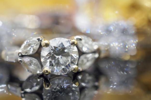 Luksusowe złoto biżuteria pierścionki z brylantem z odbiciem na czarnym tle