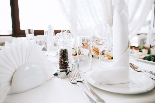 Luksusowo udekorowany zestaw stołowy z jedzeniem na przyjęcie okolicznościowe lub wesele