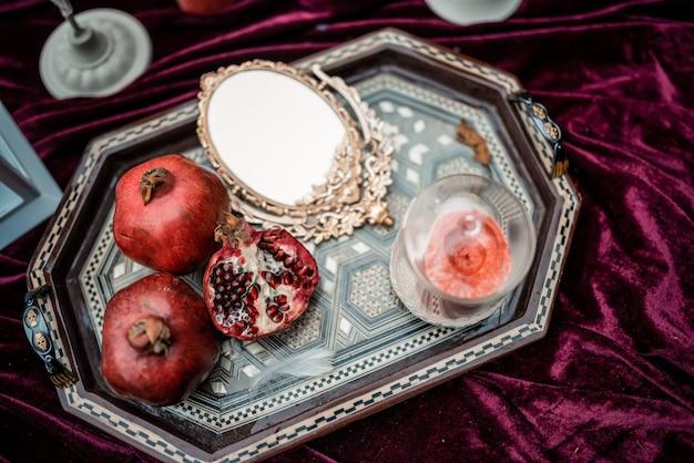 Luksusowo zdobiony stół i świeczki na romantyczną randkę.