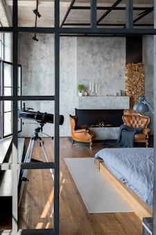 Luksusowy apartament w stylu loftowym w ciemnych kolorach. stylowa, nowoczesna sypialnia