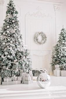 Luksusowy apartament z dekoracjami świątecznymi
