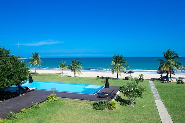 Luksusowy basen z widokiem na morze