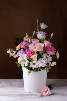 Luksusowy bukiet róż, stokrotek, chryzantem, nieotwartych pąków w białym okrągłym pudełku